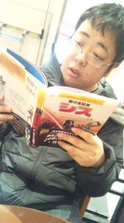 カフェで読書。